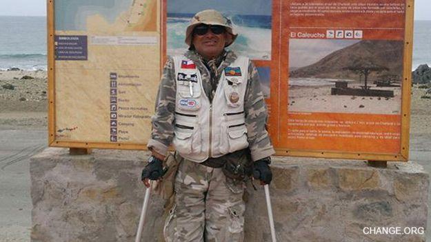 Ignacio Jaime Camacho, un chileno de 51 años que recorre el país en muletas.
