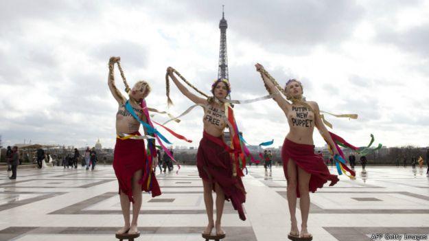 Участницы группы FEMEN в Париже