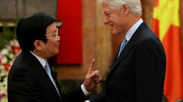 Ông Trương Tấn Sang đón cựu Tổng thống Hoa Kỳ Bill Clinton ở Hà Nội hồi tháng Bảy
