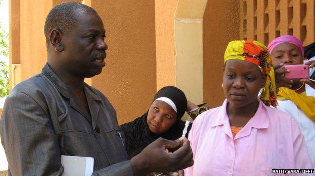 Trabajadores sanitarios con un ejemplar de Sayana Press