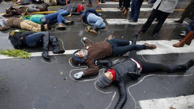 лежащие на земле участники акции протеста