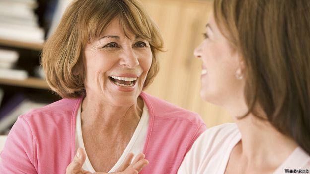 Две женщины оживленно разговаривают