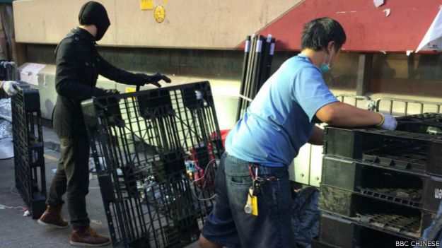 執達主任到場前,在場留守多時的示威者收拾帳篷及私人物品。(BBC中文網記者陳志芬攝影)。