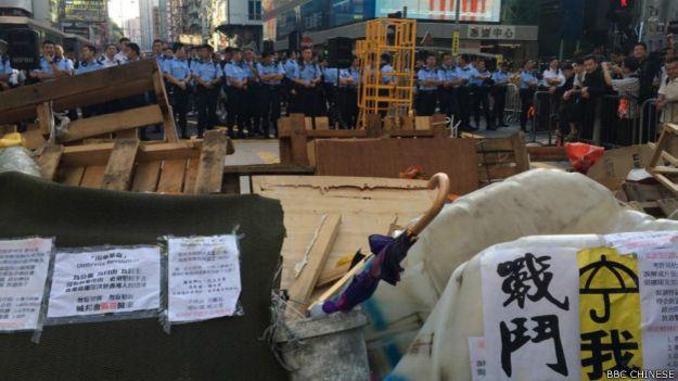 香港警方出動六千警力,協助執達主任執行法院禁制令(BBC中文網記者陳志芬攝影)。