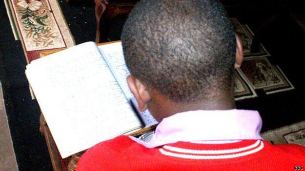 Criança no orfanato queniano