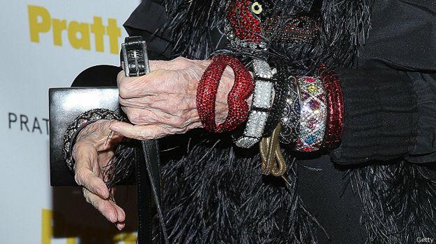 Ювелирные изделия на руке Айрис Апфель