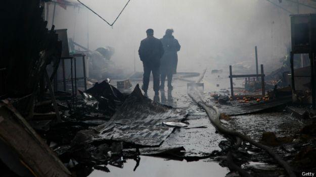 Сожженные палатки на сгоревшем рынке в Грозном