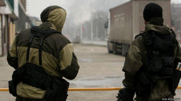 Сотрудники подразделения спецназа МВД Чеченской республики во время проведения спецоперации