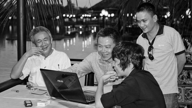 Nhà văn Nguyễn Quang Lập (bên trái ngoài cùng) được nhiều người trong và ngoài nước biết đến.