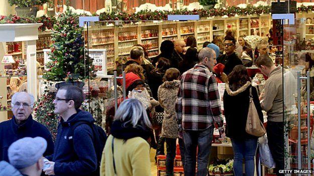 Clientes em loja em Bristol, na Inglaterra | Foto: Getty