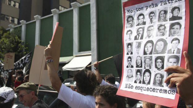 Movimientos sociales protestan para reclamar que se juzguen abusos del régimen militar en Brasil.