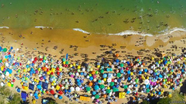Playa de la Bacutia en Guarapari, Espirito Santo, Brasil.