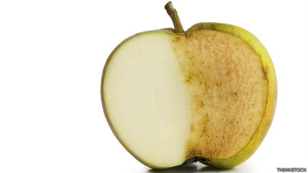 Por qué las manzanas cambian de color después de cortarlas?