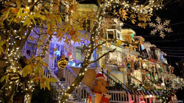 Luces de navidad en una calle de Baltimore