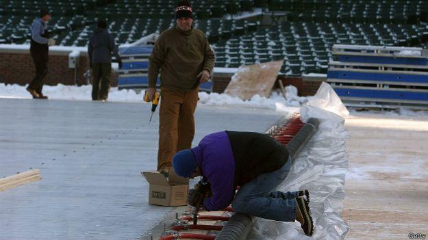Técnicos instalan una pista de hielo en Chicago, en 2008