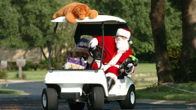Santa Claus en un carrito de golf