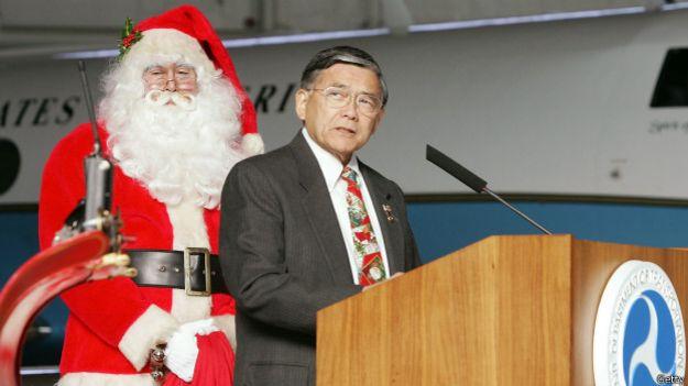 El secretario de Transporte de EE.UU. Norman Y. Mineta le entrega el certificado a Santa Claus en 2004