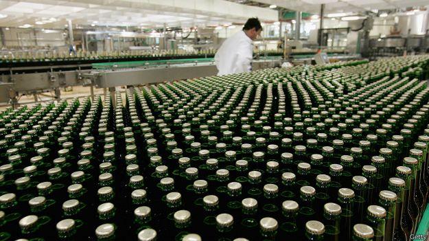 Botellas en una línea de producción de cerveza