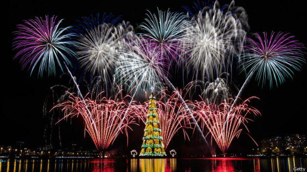 Fuegos artificiales en la inauguración del árbol de Navidad en la laguna de Freitas, en Río de Janeiro