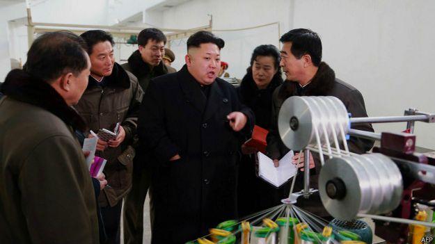Ким Чен Ын показывает на катушку (фото ЦТАК без даты, распространено 21 декабря)