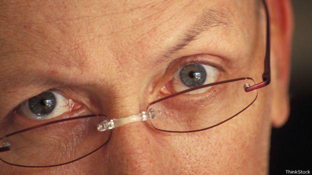 Ojos de hombre maduro con lentes