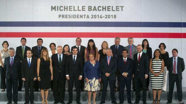El gabinete de Michelle Bachelet. La ministra detrás de la presidenta, a la derecha