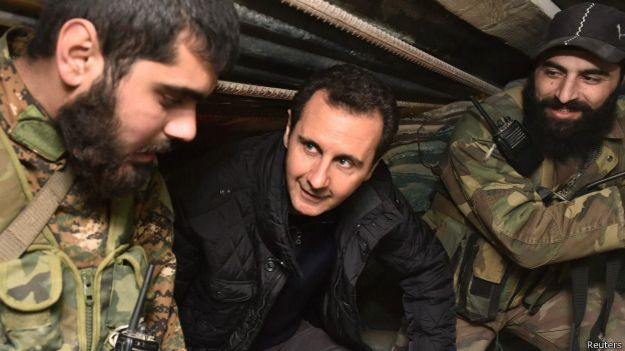 Bashar al Assad con militares