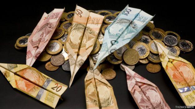 Billetes brasileños doblados como aviones de papel