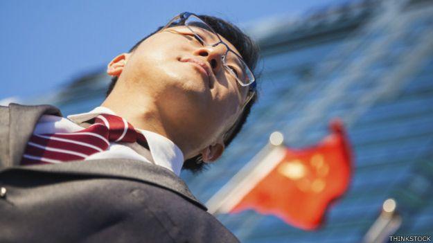 Un ejecutivo con una bandera china de fondo