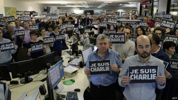 """Жерналисты с листовкой """"Я - Шарли"""""""