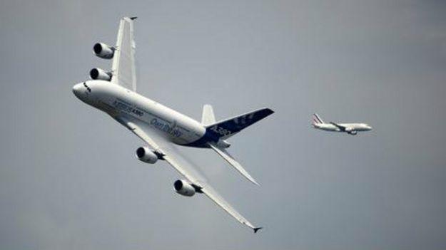 Airbus A380 (à esq.)