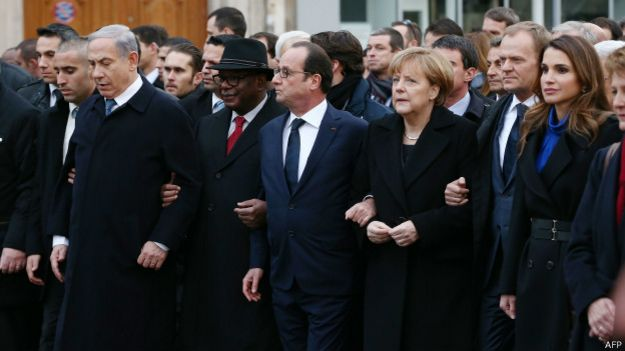 Hollande acompañado de Ángela Merkel