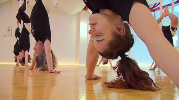 Pria lebih suka perempuan yang bugar lewat yoga, bukan lewat rugby