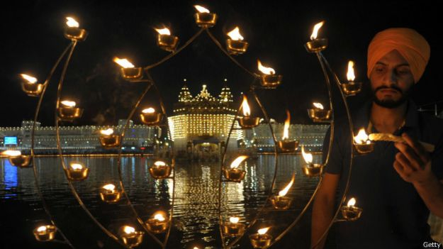 Un Sikh indio enciende luces durante el Diwali