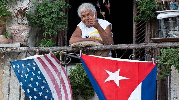 señora cubana con banderas de cuba y estados unidos