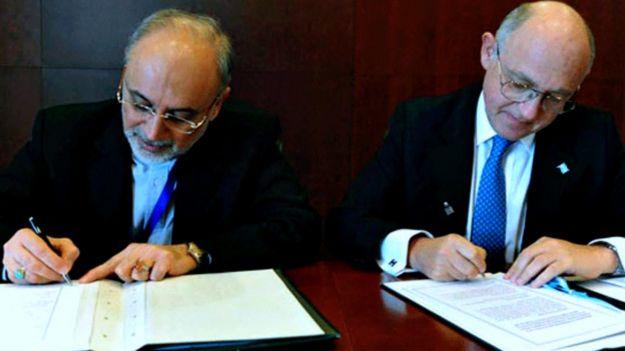 Los cancilleres de Argentina e Irán firman un acuerdo en 2013.