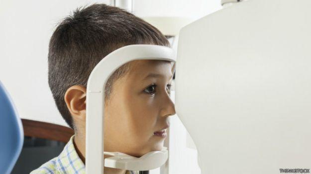 Un niño en un examen de la vista