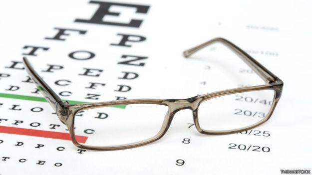 Lentes sobre una cartilla para pruebas de la vista
