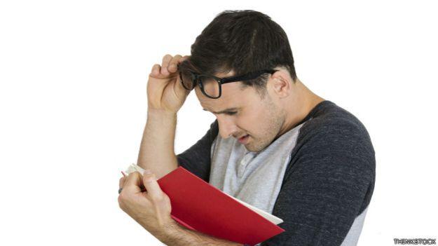 Hombre con dificultades para leer