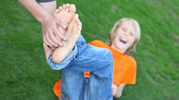 Щекотание голых ступней