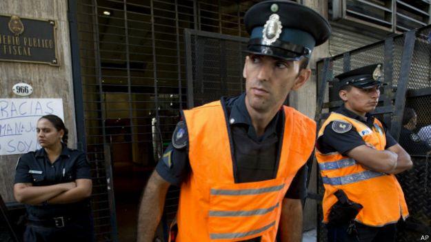 Policías de Argentina custodian entrada a tribunales de Buenos Aires