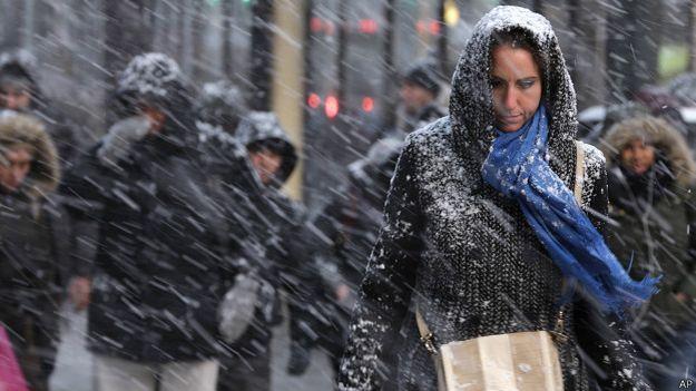 Người đi bộ chống trả với tuyết rơi mạnh trên đường phố Manhattan, New York