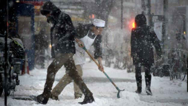 Cào tuyết trên đường phố tại New York