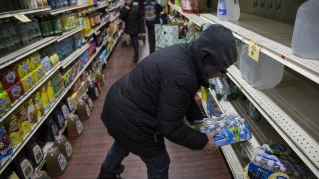 Nhiều cửa hàng tại New York không còn nước bán