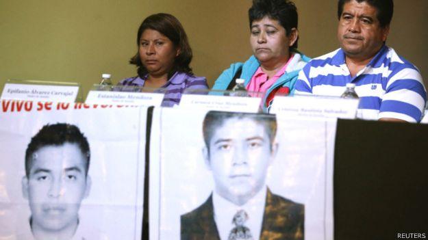 Familiares de Benjamín Ascencio Bautista y Jorge Álvarez Nava, dos de los estudiantes desaparecidos