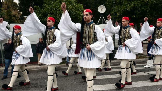 Soldados griegos en traje ceremonial.