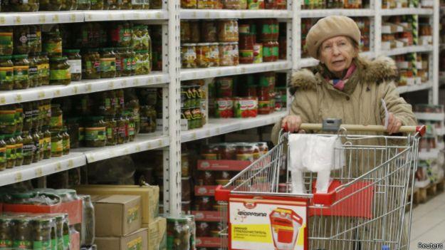 """Пожилая женщина в гипермаркете """"Ашан"""", Москва"""