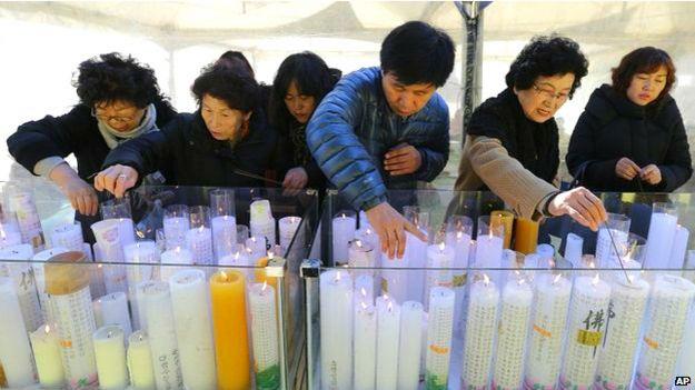 Padres en Corea de Sur encienden velas antes de los exámenes de sus hijos