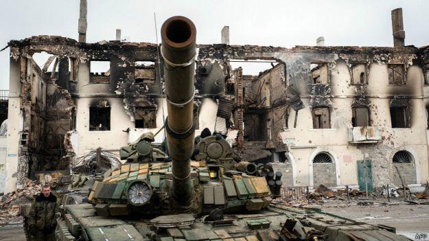 Подбитый танк и разрушенное здание в Донецкой области