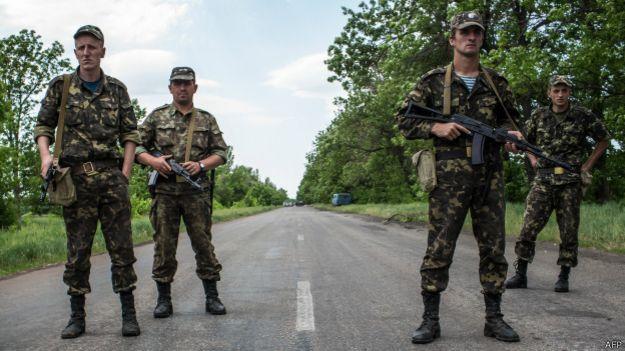 Украинские солдаты на блок-посту